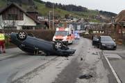 Nach der Kollision mit einem parkierten Auto landete der Lenker auf dem Dach. (Bild: Zuger Polizei)