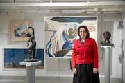 Restauratorin Isabelle Hadorn-Dettwiler im Raum mit Gemälden des Basler Malers Coghuf. (Bild Pius Amrein)
