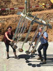 Rita Baggenstos und Herbert Trudel vom Verwaltungsrat der LKRS AG bestaunen die Dimension der Sockelarmierung für Stütze 3….. (Bild: PD/Rita Baggenstos, LKRS AG)