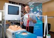 Vascular-Verwaltungsratspräsident Hanspeter Kiser (60) mit einem künstlichen Körperteil, das Chirurgen zur Übung verwenden. (Bilder Corinne Glanzmann)