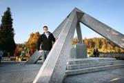 Friedhofsverwalter Cornel Suter beim Gemeinschaftsgrab im Friedhof Friedental in Luzern. (Bild Manuela Jans/Neue LZ)