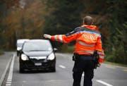 Polizeikontrolle auf der Sihlbruggstrasse in Baar. (Bild: Stefan Kaiser (Baar, 27. September 2016))