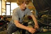 Wer eine Lehrstelle im Kanton Uri ergattern will, sollte schnell sein. Denn sie werden sehr rasch vergeben. Im Bild: Ein Automechaniker-Lehrling (Symbolbild). (Bild: Sven Aregger / Neue UZ)