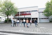 Die Schule geht wieder los. Laut Bildungsdirektor Stephan Schleiss bieten die Zuger Schulen nach wie vor ein attraktives Arbeitsumfeld. (Symbolbild: Werner Schelbert (Baar, 11. April 2017))