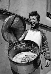 Um 1960 in Neapel: Ein Bub verkauft aus einem umgehängten Behälter Pizzen an Passanten. (Bild: Getty)