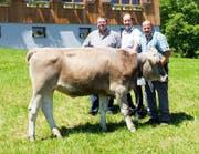 Die Gabenspender des Siegerpreises sind Daniel Keiser (von links) und Oswald Weber. Gezüchtet wurde das Rind Tamara von Pius Enz. (Bild: PD)