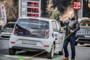 Thomas Lohmann testet die neue Elektrotankstelle. Er ist der Geschäftsführer der Raststätte Neuenkirch. (Bild: Nadja Schärli (Neuenkirch, 26. Februar 2018))