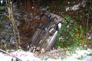 Das Unfallauto blieb mit der Front nach unten auf dem Dach liegen. (Bild: Kapo Obwalden)