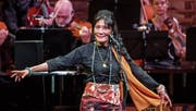 Das Zürcher Kammerorchester harmonierte im KKL fast schon geheimnisvoll gut mit Sängerin Dechen Shak-Dagsay. (Bild: Philipp Schmidli (15. April 2017))