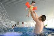 Gavin Wain hat mit seiner Tochter Kiara im neuen Hallenbad auf der Luzerner Allmend offensichtlich grossen Spass. (Bild: Boris Bürgisser/Neue LZ)