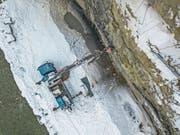 Ein Bohrlastwagen treibt sieben Meter lange Löcher in den Fels. (Bild: Pius Amrein (Wolhusen, 1. März 2018))
