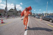Arbeiten fast abgeschlossen: Anton Martinovic sammelte gestern Verkehrspylone auf der Seebrücke ein. (Bild: Dominik Wunderli (Luzern, 14. Juli 2017))