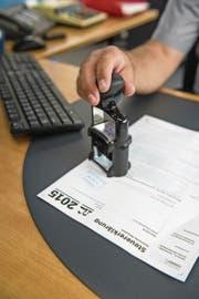 Seit 2018 werden säumige Luzerner Steuerzahler stärker zur Kasse gebeten. (Symbolbild: Dominik Wunderli)