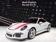 Trotz dem schwächeren Wachstum im ersten Halbjahr 2016 bleibt Porsche der profitabelste Autobauer der Welt. (Archivbild) (Bild: Keystone/MARTIAL TREZZINI)