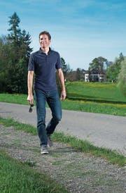 Martin Elmiger schlendert über seinen ehemaligen Schulweg in Lindencham, wo ihn das Radsportfieber gepackt hat. (Bild: Maria Schmid (12. April 2017))