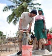 Rapper Greis pumpt in Mosambik Wasser aus einem Brunnen. (Bild: Malte Wandel/pd)