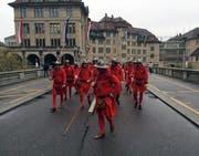 Die Luzerner Zünftler beim Marsch auf den Zürcher Lindenhof. (Bild: jem)