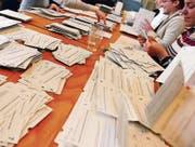 2003 hatten die Stimmenzähler alle Hände voll zu tun. Am 18. Mai kamen neun Vorlagen an die Urne. (Bild: Walter Bieri/Keystone (Zürich))