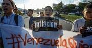 Studenten protestieren in der venezolanischen Hauptstadt gegen Mangelwirtschaft und Inflation. (Bild: Juan Barreto/AFP (Caracas, 30. März 2017))