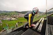 Simon Ammann trainiert auf der Sommerskischanze in Einsiedeln. (Bild: Keystone)