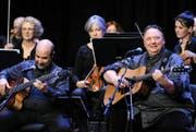 Uwe Krüger (rechts) überzeugte nicht nur als Gitarrist, er hat auch die Texte zu «Spirit Of The Rockies» verfasst.Bild: urh (Altdorf, 29. Oktober 2016)