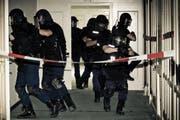 Im Einsatz standen in Sachseln auch auch Polizisten der Sondereinheit Luchs. Auf dem Bild sind sie zu sehen, während einer Demonstration auf dem Bürgenstock. (Bild: Archiv / Neue LZ / Philipp Schmidli)