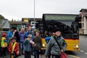 Schüler steigen aus dem Postauto bei der Haltestelle Sand in Kerns. (Bild: Christoph Riebli)