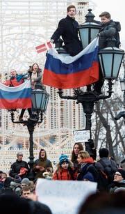 Junge Oppositionelle bei der gestrigen Demonstration in Moskau. (Bild: Sergej Chirikow/EPA)