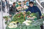 Marie Gössi stand jahrein, jahraus am Wochenmarkt (oben). Nun führen Ruedi und Brigitte Gössi-Kaufmann in dritter Generation den Stand an der Reuss (unten). (Bild: Familienarchiv/Nadia Schärli (Luzern, 11. April 2017))