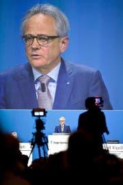 Pascal Niquille, CEO der Zuger KB, in der Zuger Bossard-Arena an der Generalversammlung seiner Bank vom Samstag. (Bild Patrick Hürlimann)