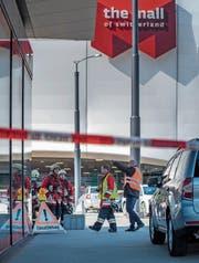 Die Bombendrohung an die Adresse der Mall of Switzerland erforderte ein Grossaufgebot von Polizisten, Feuerwehrleuten und Forensikern. (Bild: Pius Amrein (Ebikon, 14. März 2018))