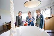 Gebären mit Aussicht: Renate Ruckstuhl (links) vom Geburtshaus Terra Alta und Hebamme Martina Kaufmann (rechts) schauen mit Patricia Arnold und Töchterchen Elisa das neue Geburtszimmer an. (Bild Manuela Jans-Koch)