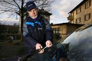 Quartierpolizist Fritz Duss stellt eine Parkbusse aus. (Archivbild/Neue LZ)