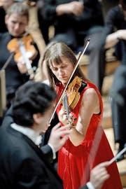 Nadelstiche und grosse Gesten: Dirigent Michael Sanderling und Geigerin Viktoria Mullova im KKL. (Bild Pius Amrein)