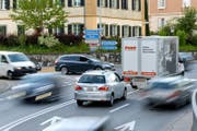 Stockender Verkehr durch Eschenbach. (Archivbild Philipp Schmidli)