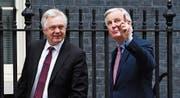 Grossbritanniens Brexit-Minister David Davis und der Brüsseler Chefunterhändler Michel Barnier gestern in London. (Bild: Facundo Arrizabalaga/EPA)