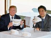 «Make Alliance Great Again» steht auf den Baseball-Mützen, die US-Präsident Donald Trump und Japans Premier Shinzo Abe gestern nach ihrem Treffen im japanischen Kawagoe unterzeichnet haben. (Bild: Franck Robichon/EPA)