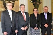 (Von links) Volkswirtschaftsdirektor Urban Camenzind, Botschafter Irakli Kurashvili, Frau Landammann Heidi Z´graggen und Botschaftsrat Ilja Marianidze im Bannersaal des Rathauses in Altdorf. (Bild: pd)