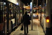 Eine Frau auf dem Weg zum Nachtbus. (Symbolbild/Neue LZ)
