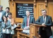 Nationalrat Werner Salzmann (rechts) wartet, dass er eine Frage stellen darf. (Bild: Peter Schneider/Keystone (Bern, 27. September 2017))