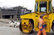 Baustelle des Swiss Alps Resort des ägyptischen Investors Samih Sawiris in Andermatt. Hier kam unlängst ein Fall einer Scheinfirma ans Licht. (Bild: Keystone/Urs Flüeler)