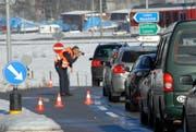 Die Obwaldner Polizei, hier bei einer Fahrzeugkontrolle bei der Kreuzung Feld in Alpnach, bekommt bei einer Bevölkerungsumfrage gute Noten. (Bild: Archiv/Neue OZ)