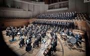 Doppelte Chorpracht und satter Orchesterklang fügten sich im KKL unter dem Dirigat von Manfred Obrecht zu einem imposanten Ganzen. (Bild: Pius Amrein (18. März 2017))