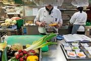 Auch in den Zentralschweizer Restaurantküchen sind Fachkräfte aus Nicht-EU-Staaten gefragt. Symbolbild: Christian Beutler/Keystone