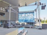 Der Public-Viewing-Bildschirm auf dem Arena-Platz im Aufbau. (Bild: Stefan Kaiser/ZZ, 7. April, Zug)