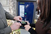 Trickdiebe klauen Geldscheine aus dem Notenfach (gestellte Szene). (Bild: Kantonspolizei Schwyz)