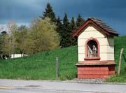 Der St.-Verena-Bildstock an der Rischerstrasse ist um 2001 farblich in seinen Originalzustand von 1902 zurückversetzt worden. Das Helgenhäuschen soll an einen Hostienraub erinnern. (Bild: Stefan Kaiser (Risch, 18. April 2017))