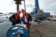 Spatenstich für den neuen Zielturm beim Rotsee mit dem Ruderer Mario Gyr (links) und Andy Bucher, Präsident der Ruderregatte. (Bild: Nadia Schärli 7 Neue LZ)