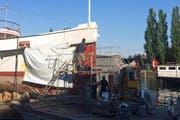 Im Zweischicht-Betrieb: Arbeiter ersetzen die Stahlbleche am Bug der «Unterwalden». (Bild: Jérôme Martinu / Neue LZ)