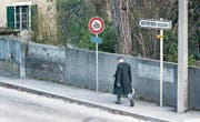 Ein Fussgänger am schweizerisch-französischen Grenzübergang nahe Genf. (Bild: Christian Beutler/Keystone (Vernier, 7. März 2014))